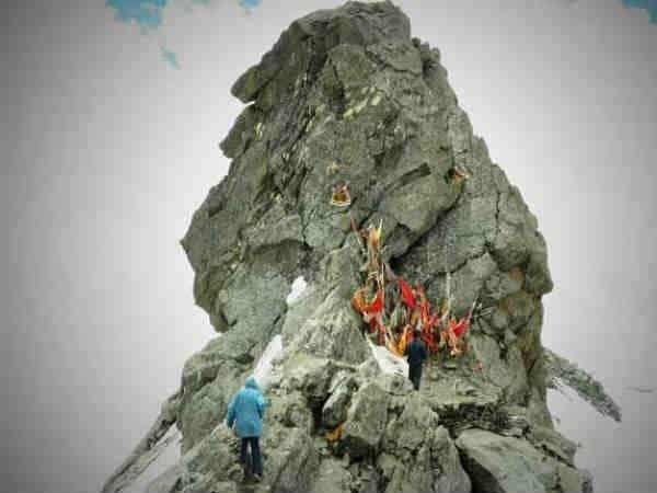 Traveling to Shrikhand Mahadev at an altitude of 1850 feet from Kullu district is no less than a test.