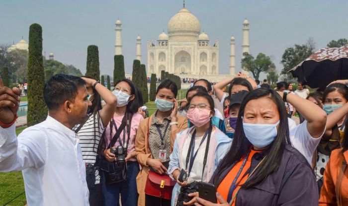 Over 5000 tourists visit the weekend in Taj Mahal
