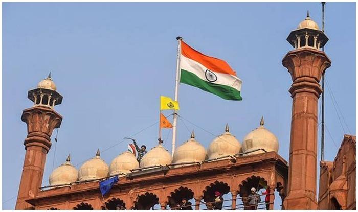 nishan sahib - 26 जनवरी 2021, गणतंत्र दिवस के दिन राजधानी दिल्ली और एनसीआर के कई इलाके उपद्रव की चपेट में आ गए. हंगामें और हिंसा के बीच, लाल किले पर सिख धर्म के ध्वज को फहरा दिया गया