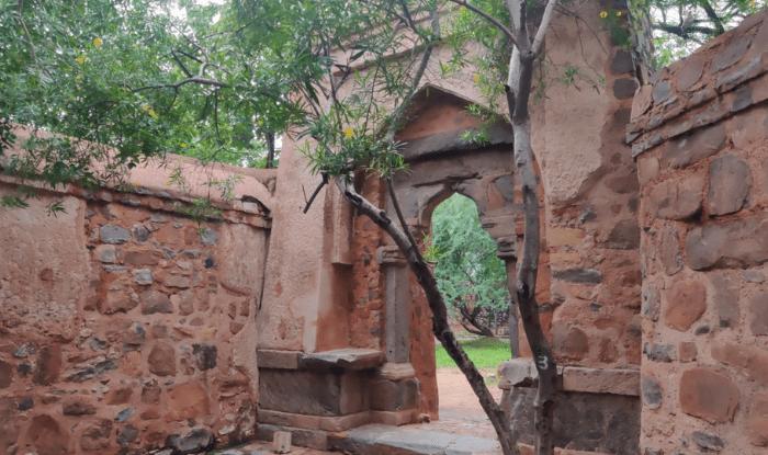 Bhuli Bhatiyari ka Mahal पर दरवाज़े के अंदर हाथ बढ़ाकर ली गई तस्वीर