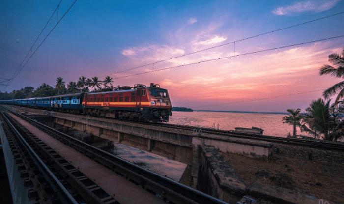 Indian Railways और IRCTC से जुड़ी एक अहम खबर आई है. कोविड मामलों में लगातार हो रही कमी के मद्देनज़र भारतीय रेलवे ने बड़ा फैसला लिया है.